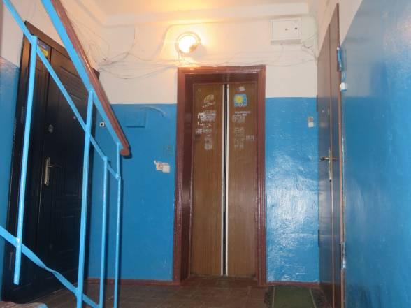 Ліфт на Подільській, 12