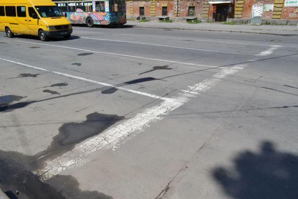 Вулиця Шевченка, міська лікарня. Розмітка фарбою